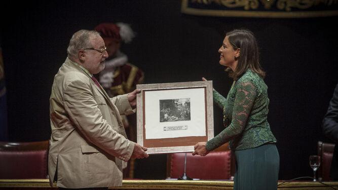 La alcaldesa, Patricia Cavada, hace entrega a Fernando Savater de un grabado del cuadro del Juramento de Las Cortes.