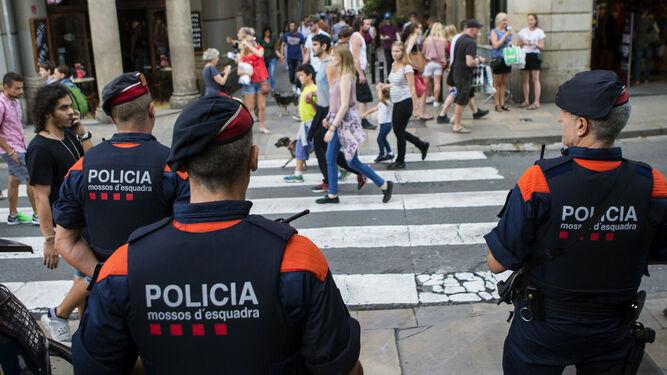 Tres Mossos en una calle de Barcelona