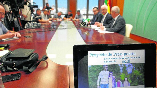 Comparecencia pública de Jiménez Barrios, ayer en la sede de la Junta en Cádiz.