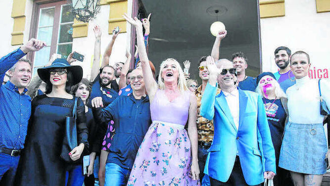 Topacio Fresh y Eduardo Casanova, entre otros, recibieron al cineasta.