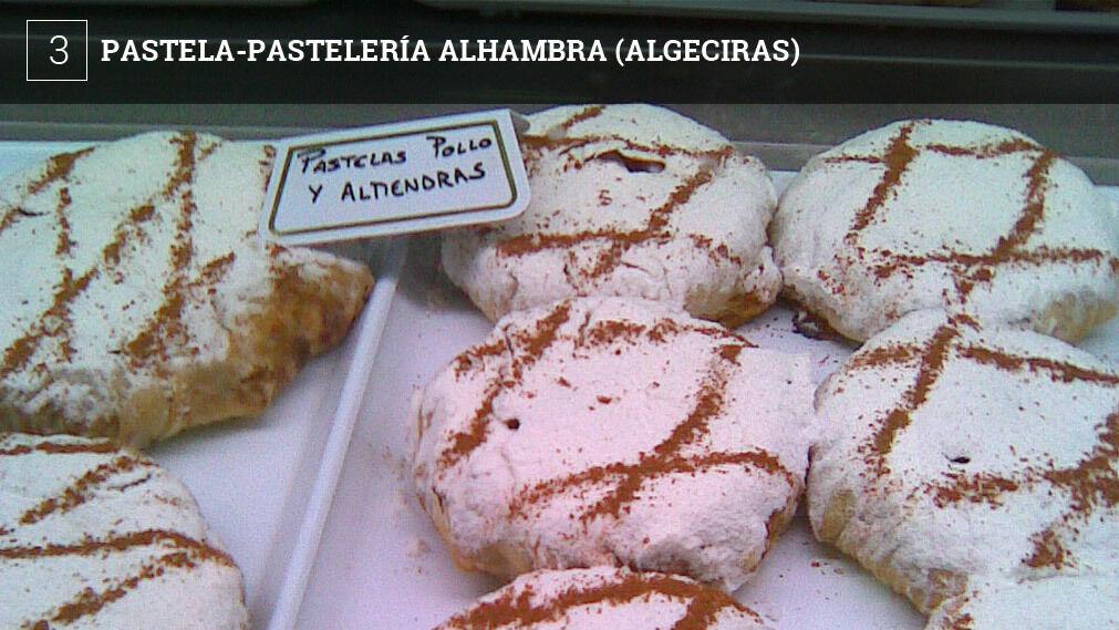 En la pastelería Alhambra de Algeciras, especializada en dulces árabes, hacen una versión bastante interesante. El relleno es el clásico de este plato con pollo, cebolla y almendras, aromatizado con canela. Por fuera va recubierta también de azúcar glass y canela.