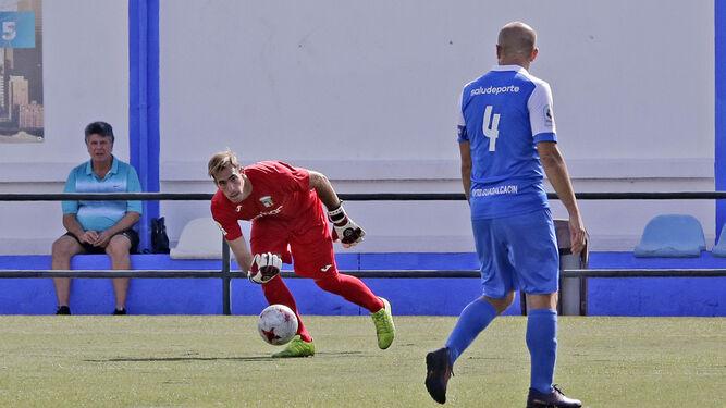 Álvaro Ramírez, sobresaliente ayer, trata de avanzar entre dos futbolistas visitantes.
