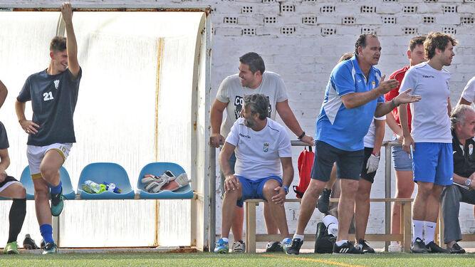 David Narváez protesta al árbitro por el penalti no señalado y Vega se echa las manos a la cabeza.