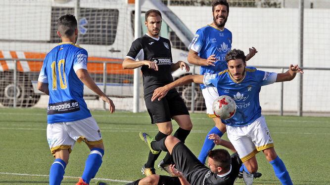 Guerrero, muy seguro y suelto en el lateral izquierdo, se lleva la pelota con un rival en el suelo.