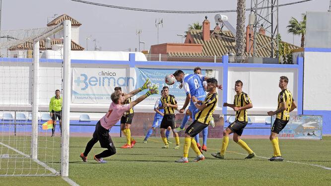 Rodri no llega a precisar el cabezazo y Curro Harillo tampoco atrapó el balón en uno de los muchos centros que el Guadalcacín envió al área aurinegra.