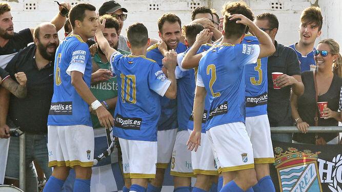 Los jugadores del Xerez CD felicitan a Pedro Carrión tras el 3-0, un golazo por toda la escuadra.