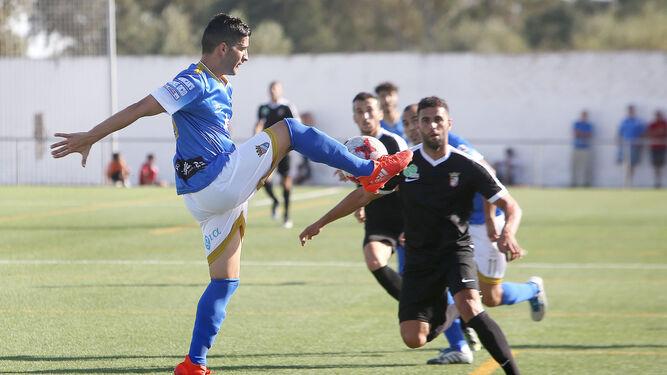 David Narváez eleva la pierna ante un contrario para intentar controlar un balón en la medular.
