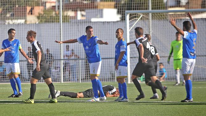 Israel, Paco Borrego y Dani Hedrera se quejan al colegiado por considerar que un jugador del Ceuta fingió una agresión en el área azulina en la primera parte.