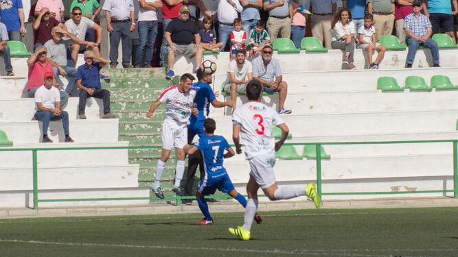 La intensidad presidió el choque entre blancos y azulinos en el Municipal de Lebrija.