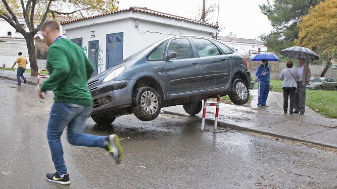 Un coche quedó sobre una protección para contenedores tras ser arrastrado por la zona de La Asunción.