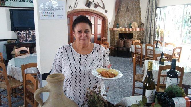 La cocinera Antonia Macho de la Venta El Cantarero, con su tapa de conejo.