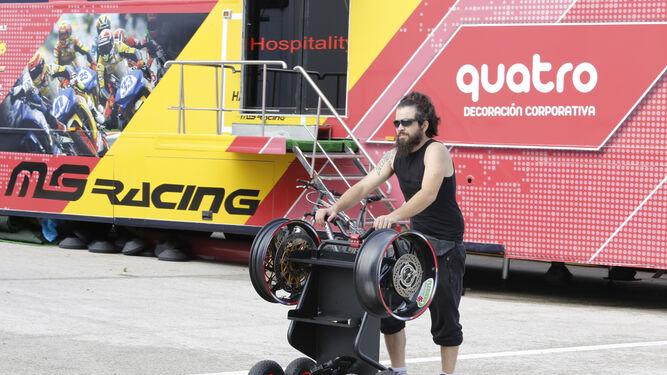Un operario de un equipo transporta un par de llantas en un carrito, ayer en el Circuito.