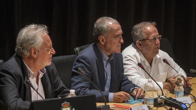 Montiel, Lobatón y Téllez (de i. a d.), durante la mesa redonda sobre Camarón y Paco de Lucía.