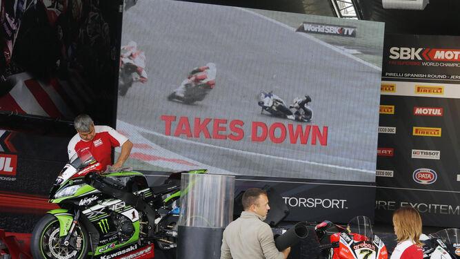 Montaje de la carpa del 'Paddock Show' con las motos de Rea y Davies junto a una enorme pantalla.