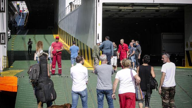 Un grupo de pasajeros embarca en el 'Albayzin', justo antes de cambiar de atraque.