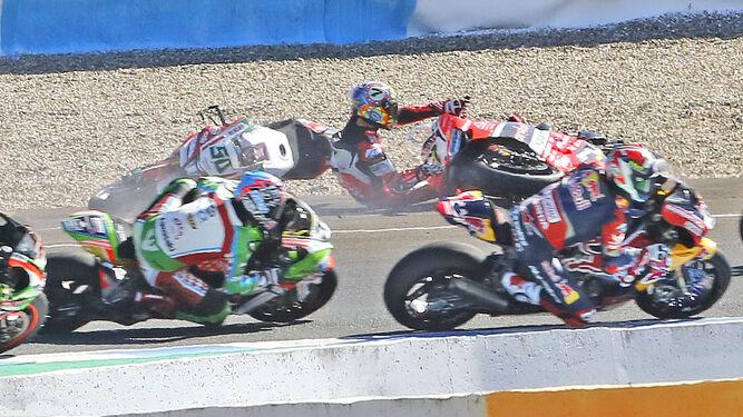 Laverty y Davies por los suelos en la caída que obligó a abortar la carrera.