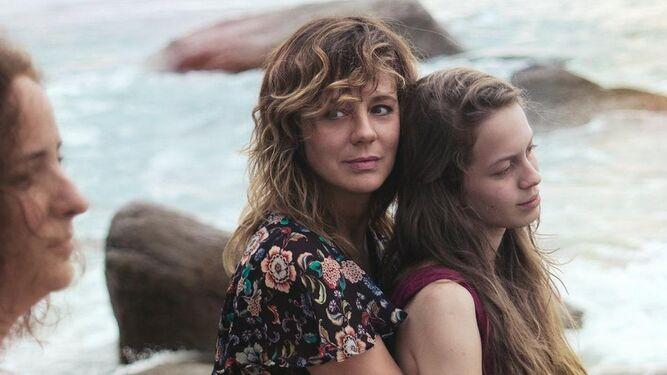 Emma Suárez y Ana Valeria Becerril, en una escena de la película.