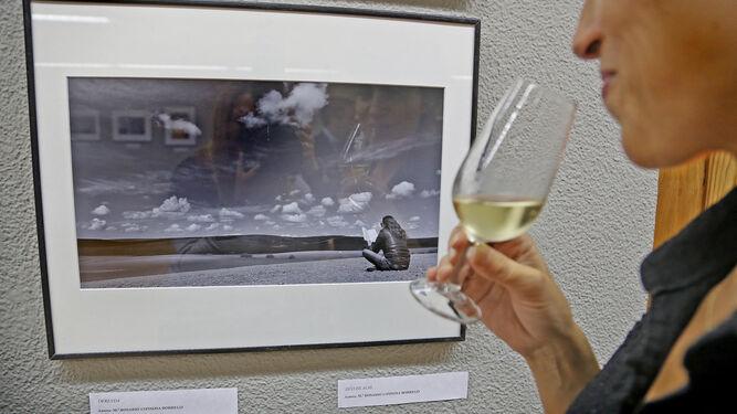 Una de las visitantes observa una de las imágenes expuestas en la sala 'ArteaDiario' ayer tras la inauguración de la cita.