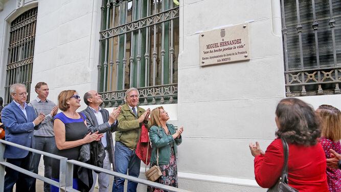 Inauguración de la placa ayer a Miguel Hernández en la Biblioteca.