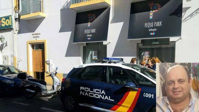 La Policía en el domicilio del fallecido. En la esquina de la derecha, una imagen de la víctima.