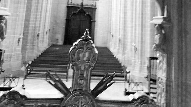 Imagen desde el interior del baldaquino de la iglesia de Santiago, obra de Gallegos Arnosa.