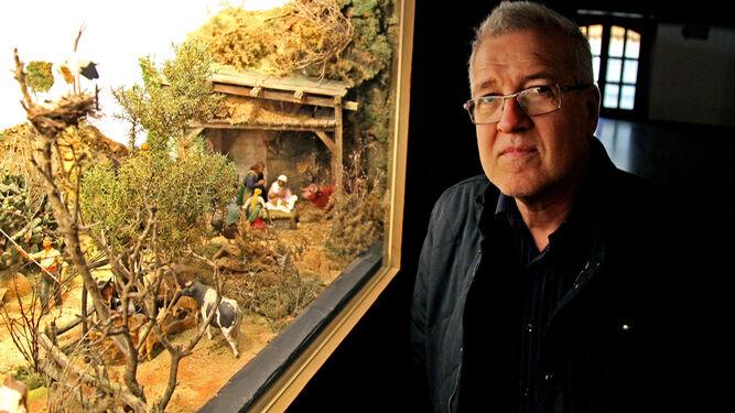 Ramón García, presidente de la Asociación de Belenistas, junto a uno de los dioramas nuevos en el Museo.