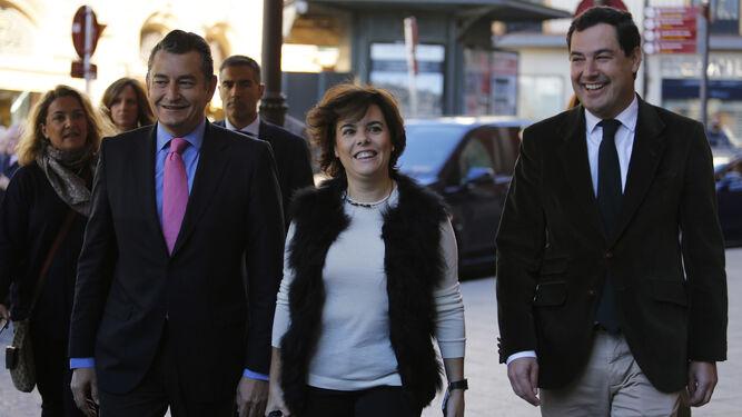 Soraya Sáenz de Santamaría, entre Antonio Sanz y Juanma Moreno.