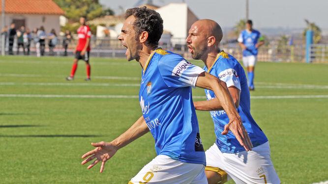 Carrión canta su tercer gol seguido por Quirós.