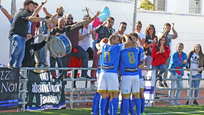 Los futbolistas del Deportivo celebran el empate de Pedro Carrión junto a los incondicionales azulinos.