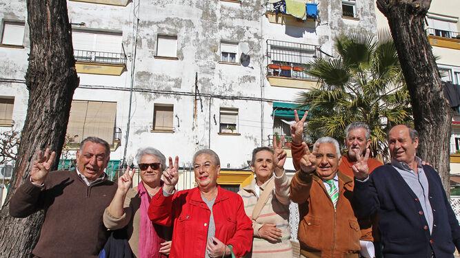 Paco Flores (tercero por la derecha) y vecinos de la barriada festejando las nuevas obras en La Constancia.