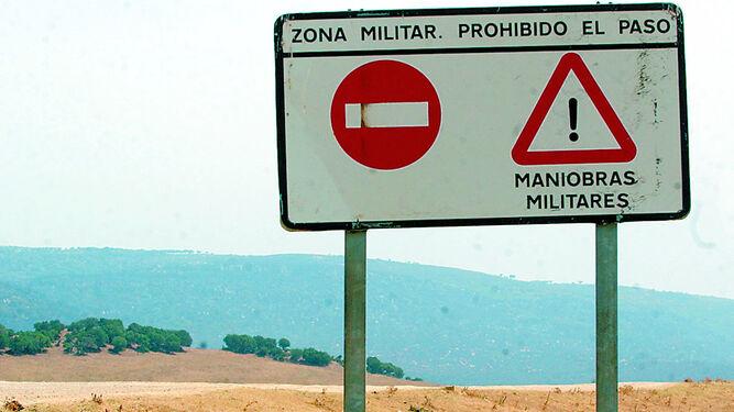 Un cartel disuasorio en uno de los accesos a la zona militar del Retín, en Barbate.