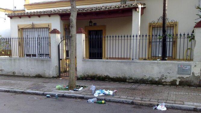 Restos del 'botellón' en una calle de la barriada España
