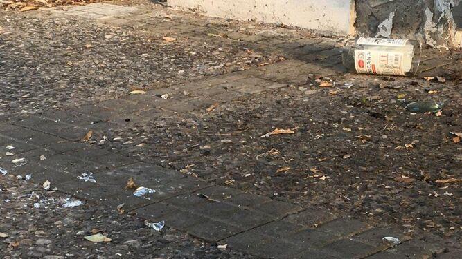 . Una botella rota, con cristales esparcidos en una de las aceras de la barriada.