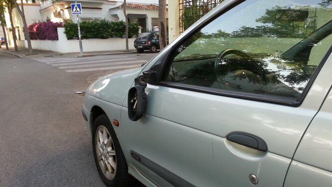 Imágenes de coches aparcados que han sufrido daños en los retrovisores, una muestra del vandalismo que sufren los vecinos los fines de semana.