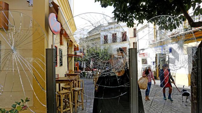 Imagen de las mamparas acristaladas que delimitan los veladores del restaurante de Tornería rotas.