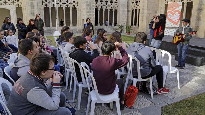 Un grupo de alumnos presta atención a una de las actividades que se celebraron ayer en los Claustros.
