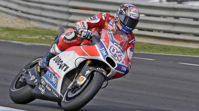 Andrea Dovizioso, entrando en la curva Jorge Lorenzo. El italiano de Ducati marcó ayer el mejor tiempo de una MotoGP en el Circuito de Jerez.