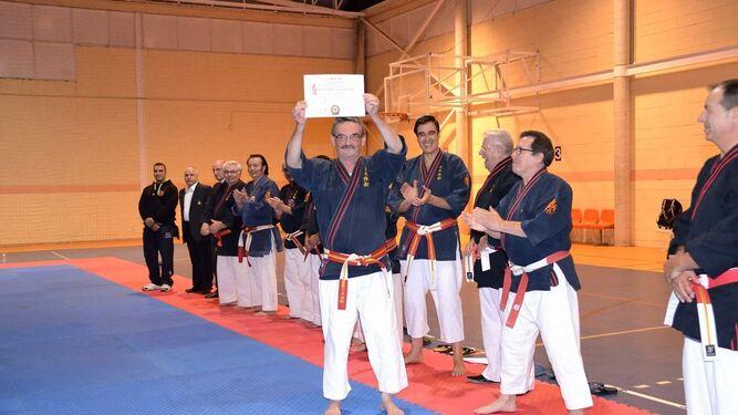 Expedición del Club Nazaret (arriba); Manuel Caballero, con el título de 7º dan y con el diploma de Mérito Deportivo.