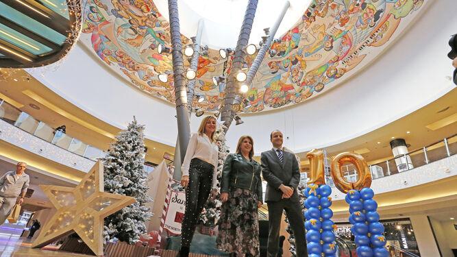 Verónica de Reina, Mamen Sánchez y Pedro Amaral, ayer en el centro comercial.