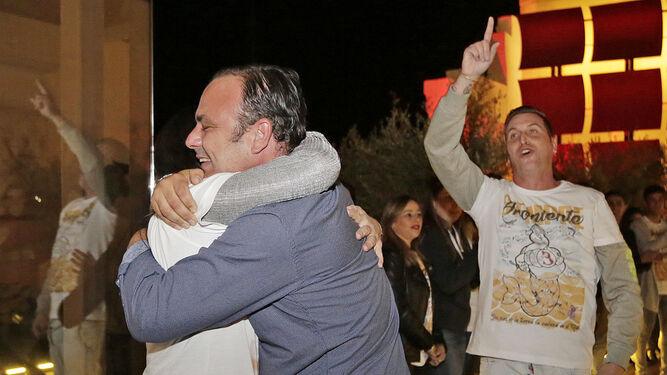 Ángel León, ayer abrazando a su equipo a su llegada al restaurante portuense.