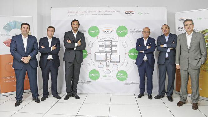 Luis Pardo,  CEO de Sage  (centro, a la derecha) junto a varios miembros de la firma jerezana