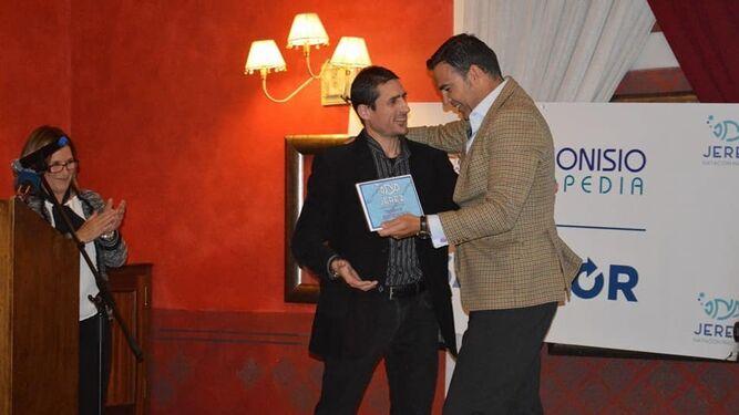 Abraham Hernández, director del Área de Deportes del Ayuntamiento, entrega a José Ramón de la Torre el Premio a la Superación.