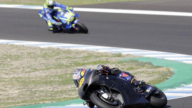 Jack Miller sale de la curva 2 y Andrea Iannone, a punto de trazarla.
