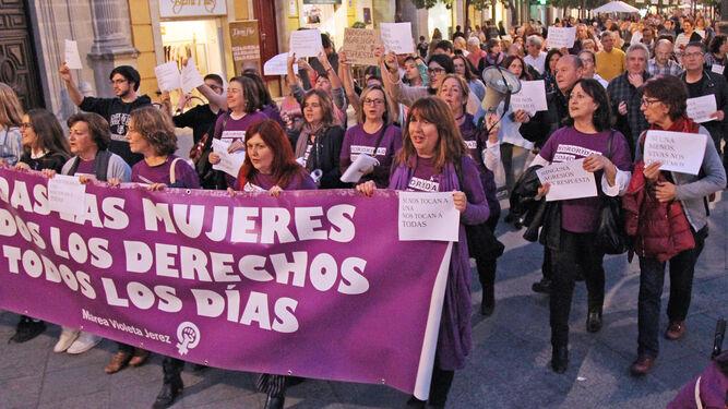 Pancarta del Consejo Local de las Mujeres, ayer, en su recorrido por el centro.