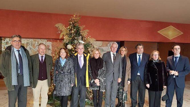 El Rey Mago José Manuel Martín posa con el ministro y otros cargos en el Villamarta.