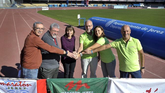 Laura Álvarez, delegada de Deportes, con los representantes de la Asociación Autismo Cádiz y de la AD Maratón Jerez.