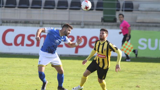 Ángel, que salta junto a un contrario para llegar a la pelota de cabeza, repitió titularidad en el Ciudad de Lepe frente al San Roque.