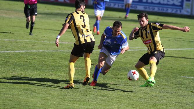 Pedro Carrión, que estuvo muy vigilado en todo momento, intenta llevarse el balón cuando un aurinegro está a punto de despejarlo.