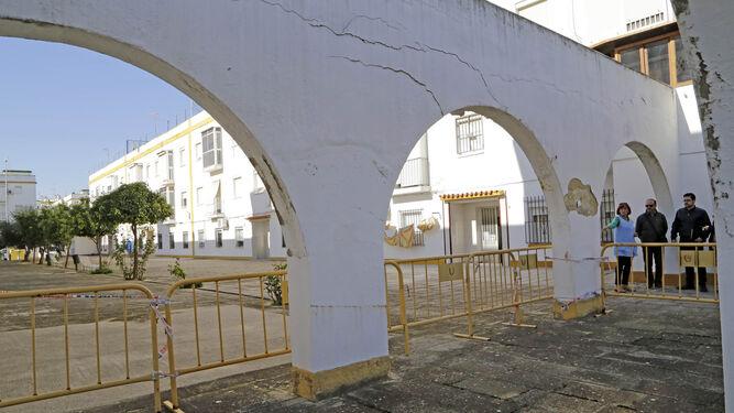 Arco vallado desde hace más de diez años en la calle Largalo, junto al campus.