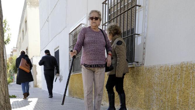 Carmen, vecina de La Vid, muestra el mal estado del acerado.